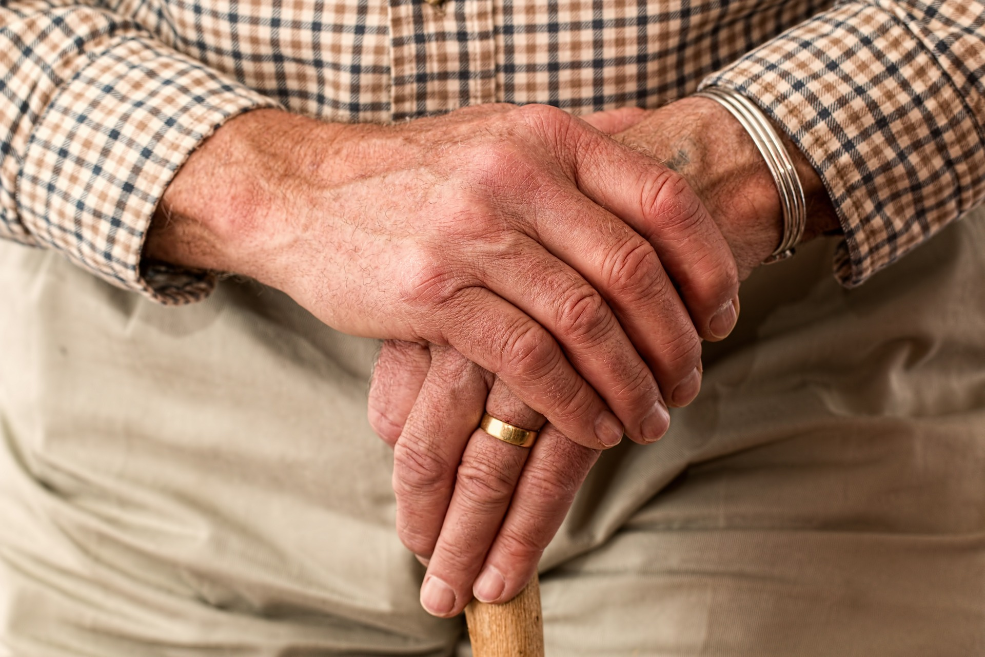hands-981400_1920 - invecchiare bene